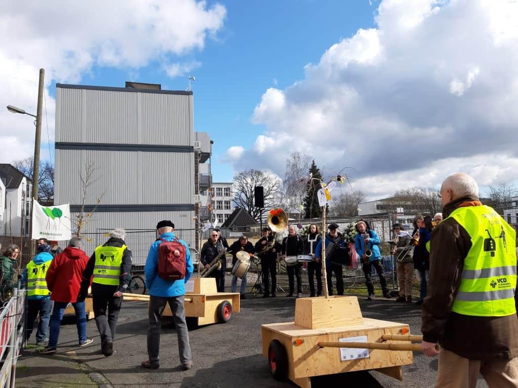 Ankunft der Wanderbaumallee am Ort der Gedenkveranstaltung.